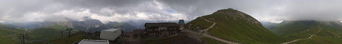 Webcam interattiva Campitello - Col Rodella - Altitudine:2.440 metriPosizione:Col RodellaPunto Panoramico:webcam interattiva. Immagine panoramica dell'area sciistica Col Rodella, collegata sci ai piedi con il Passo Sella e la vicina Val Gardena (skitour Sellaronda) e con Canazei-Belvedere.